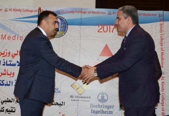تكريم نقيب اطباء العراق الاستاذ الدكتور عبد الامير محسن حسين في المؤتمر العلمي الرابع لكليه طب الكندي